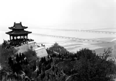 郑州黄河大桥(近处为邙山风景区)